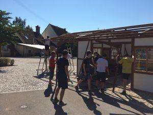 Viele fleißige Helfer haben die Festhütte des Musikvereins aufgebaut.